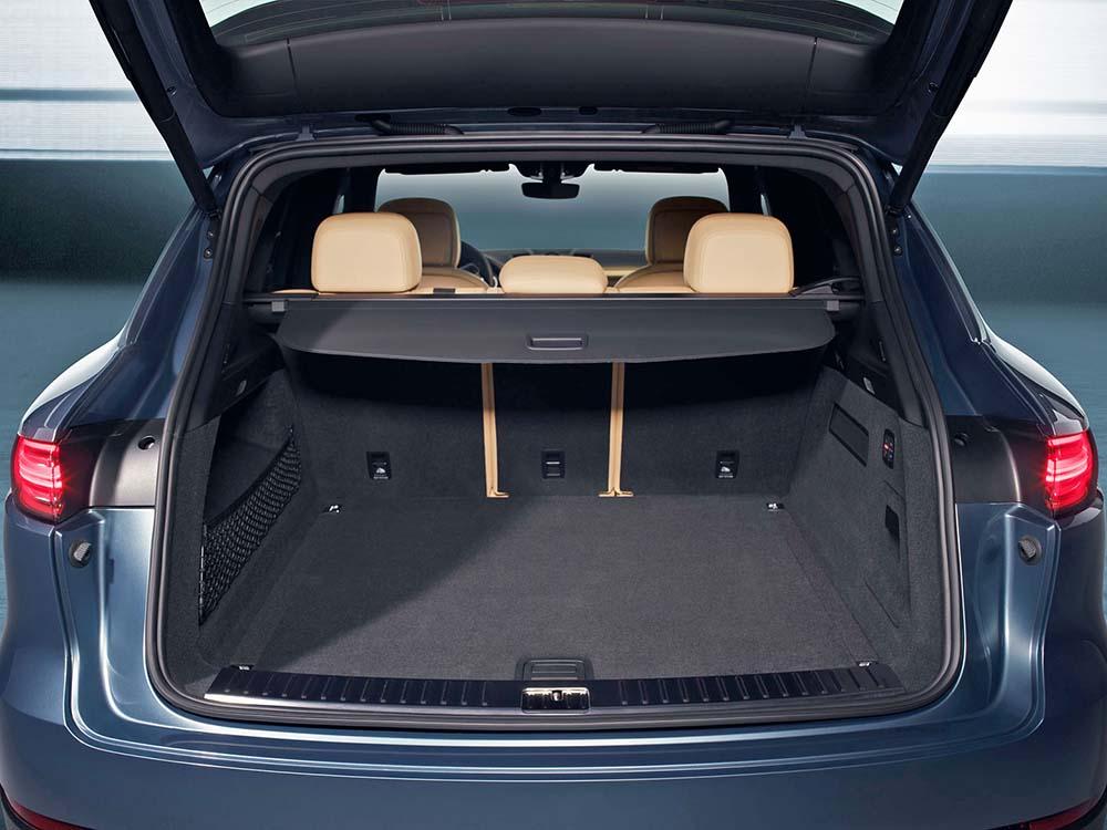 Вместительный багажник Porsche Cayenne также привлекает
