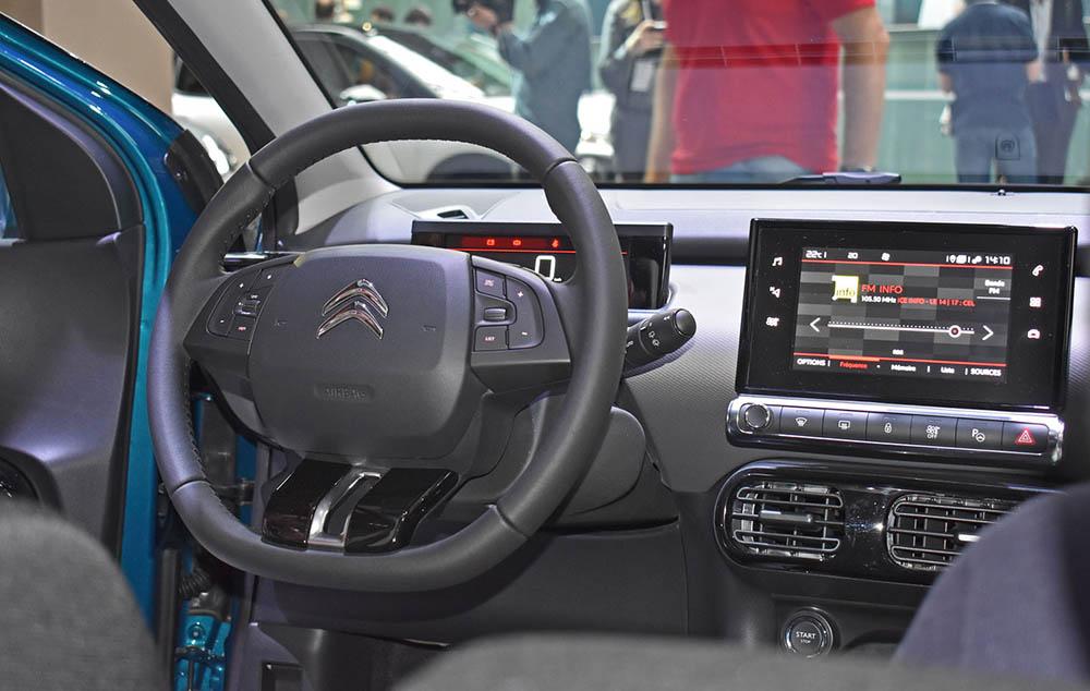 Узкий экран за рулевым колесом