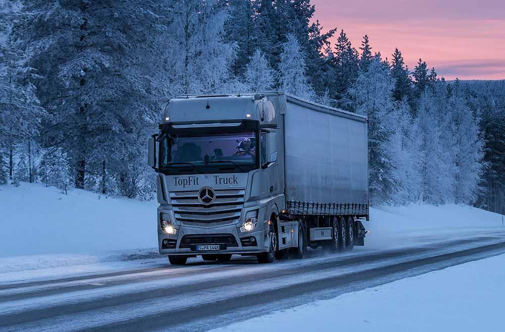 Автомобиль на дороге за полярным кругом