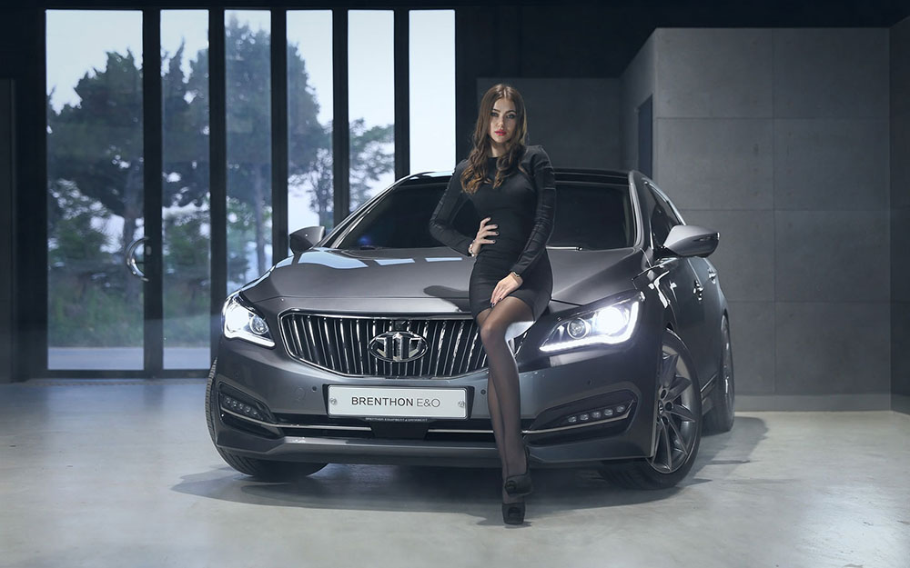 Девушка-модель рекламирует бренд