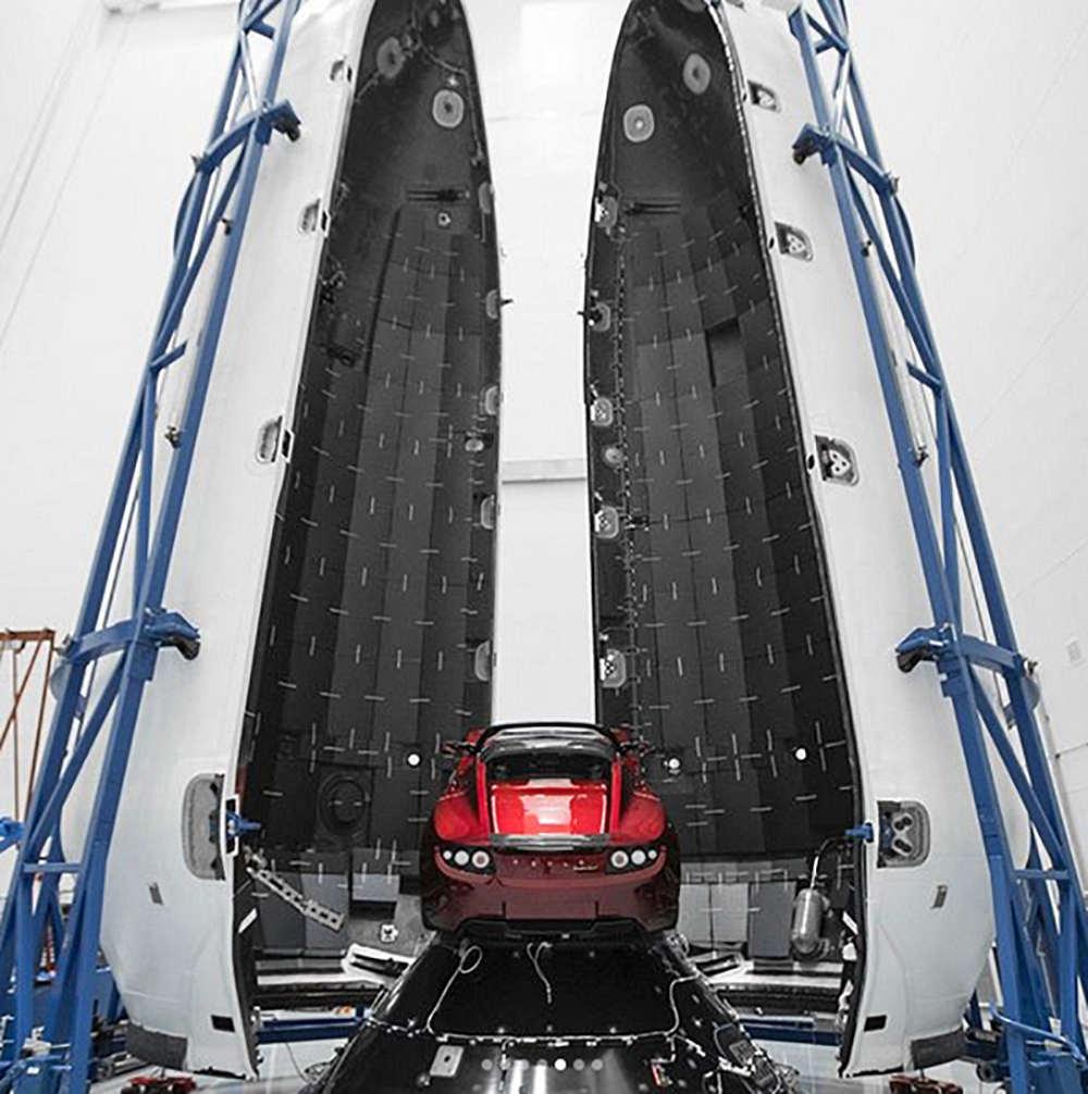 Электромобиль внутри ракеты