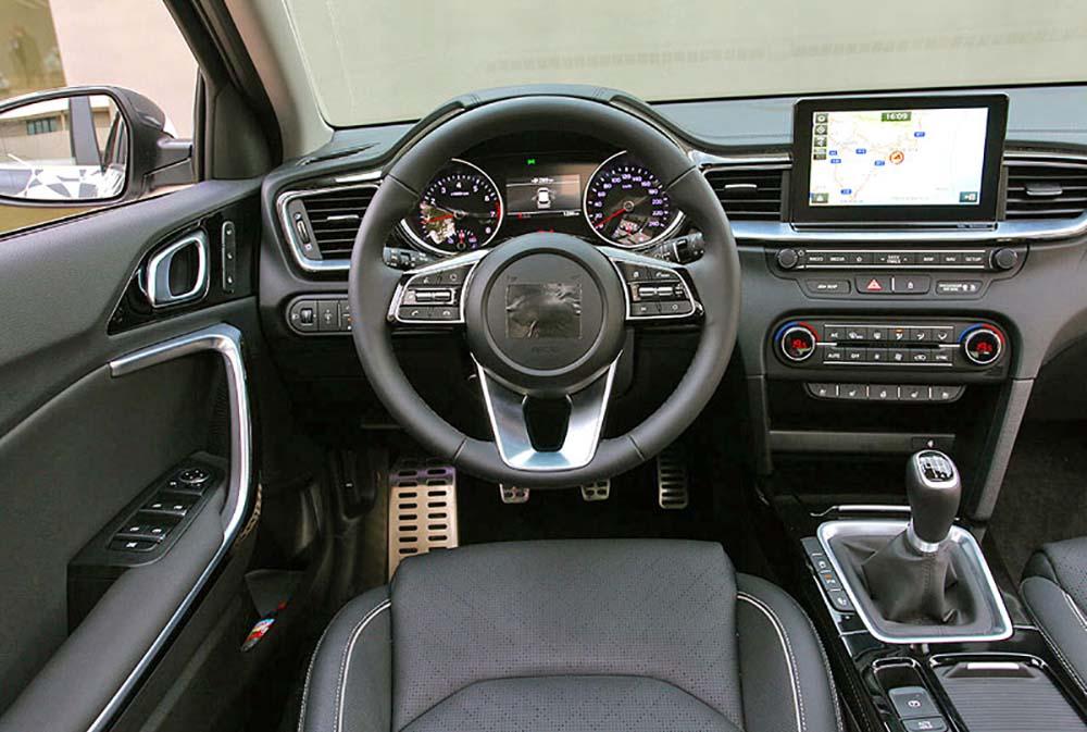 Вид на переднюю панель с водительского сидения