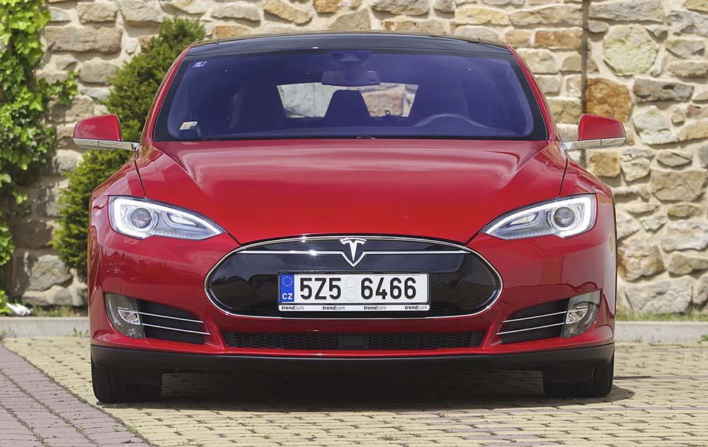 Красная Tesla Model S