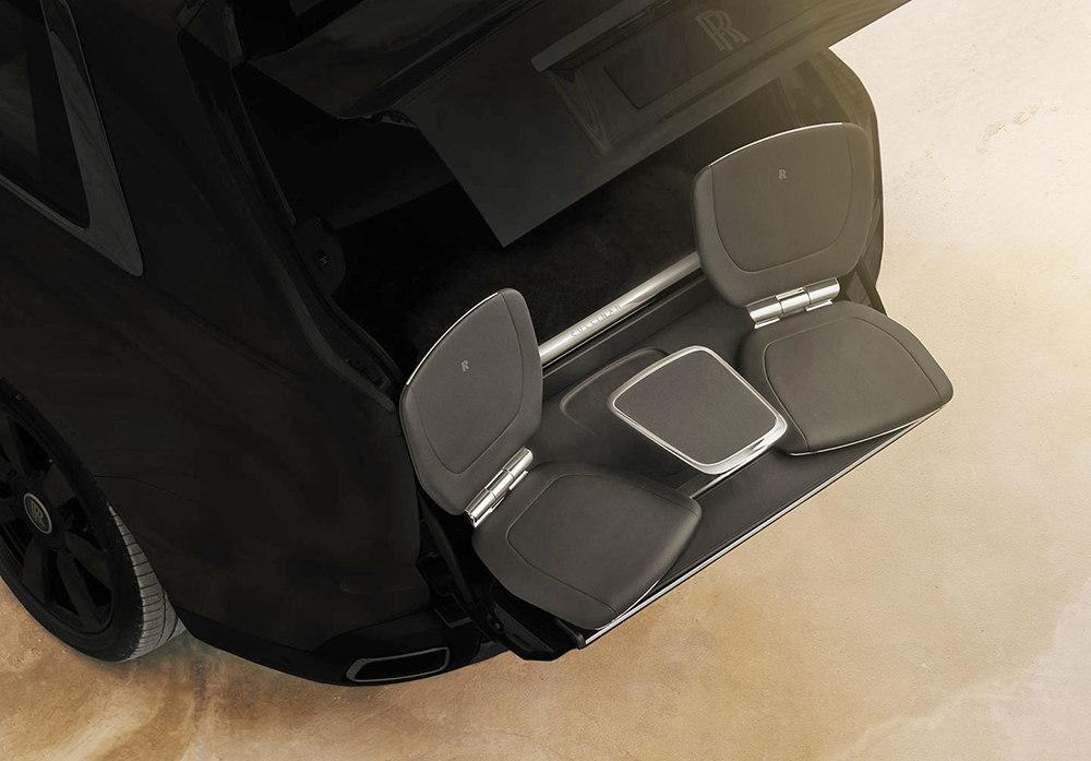 Два кресла и столик выдвигаются из багажника