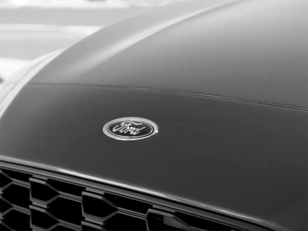 Логотип Ford на капоте