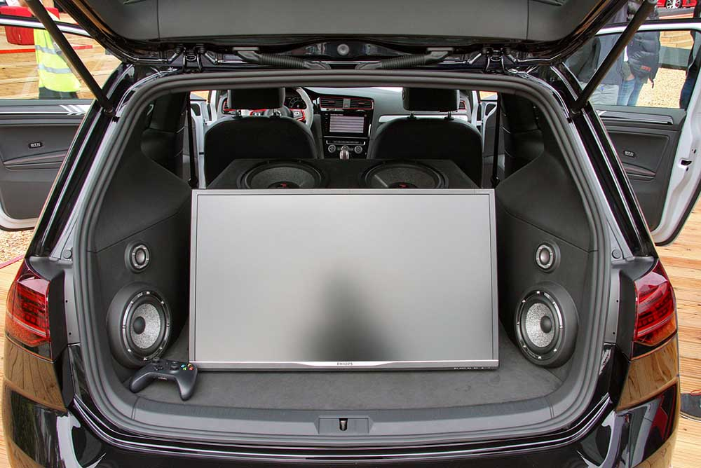 Golf GTI Next Level с большим экраном в багажнике