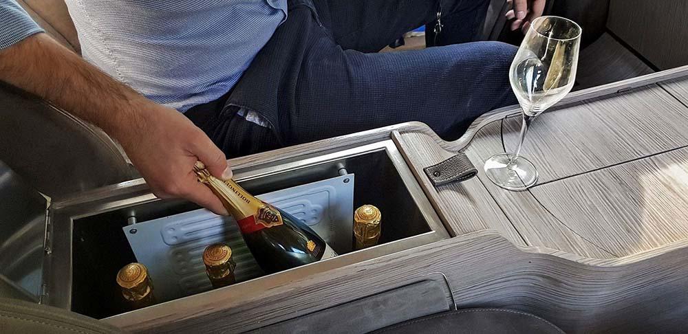 Холодильник для шампанского в центральной консоли