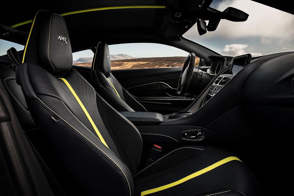Контрастная жёлтая полоса по центру сидений