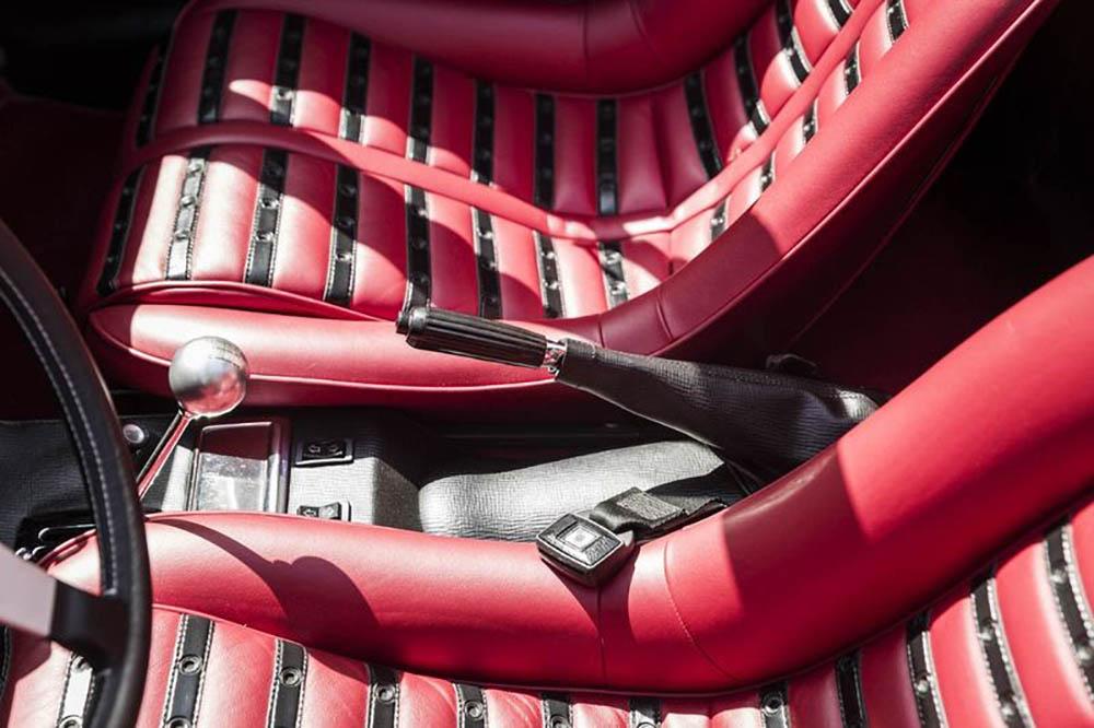 Новые сиденья красного цвета