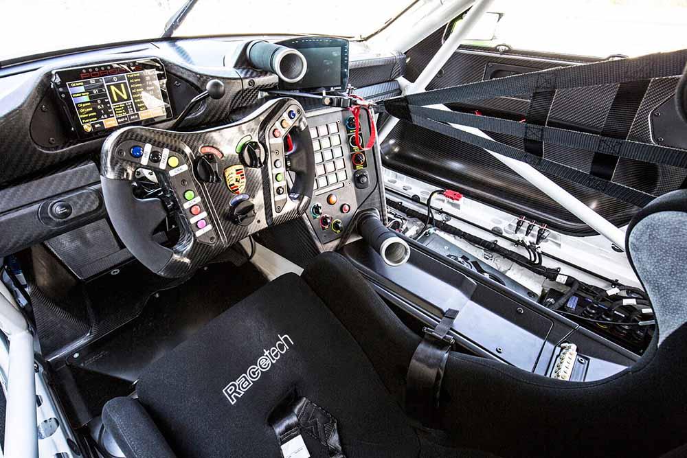 Руль гоночного автомобиля Porsche 911 GT3 R как в «Формуле-1»