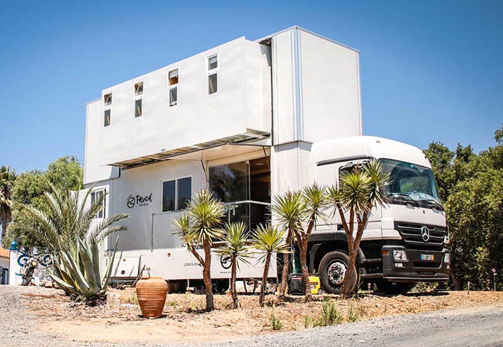 Грузовик Mercedes-Actros в качестве мини-гостиницы для сёрферов