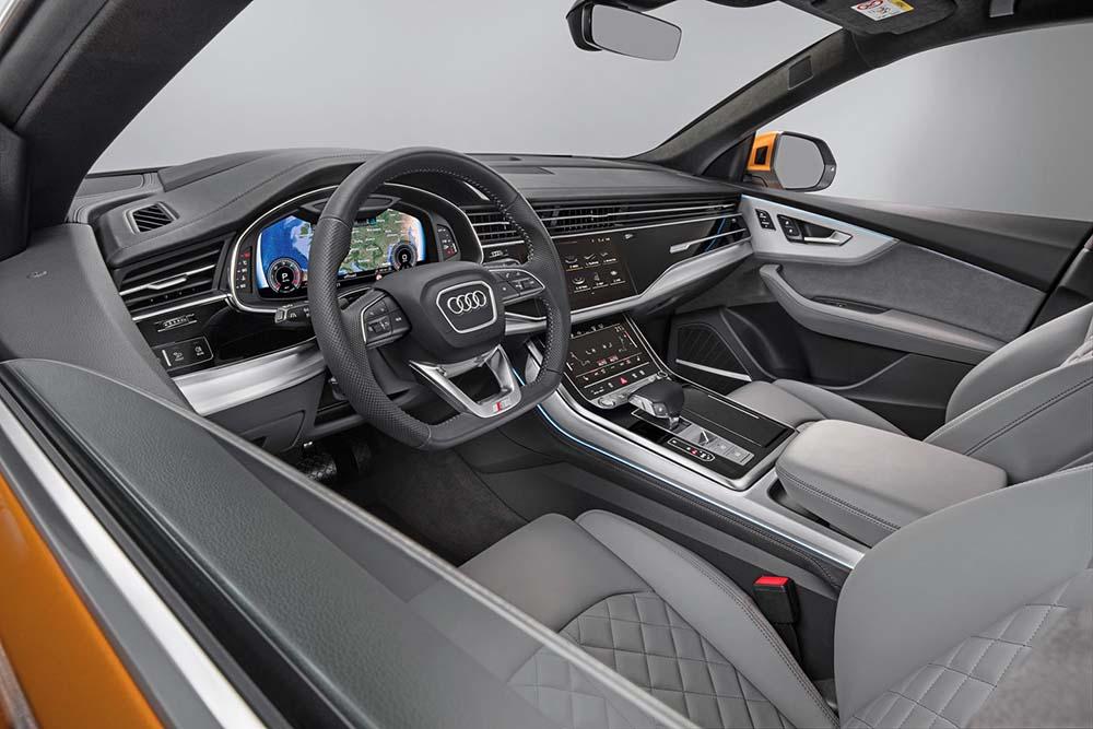 Передняя часть салона Audi Q8