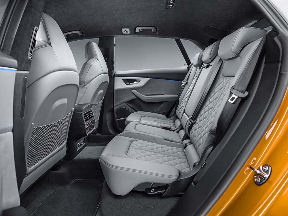 Просторный задний ряд сидений Audi Q8